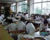 図書室で自習する生徒諸君です。