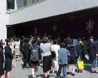 入学式前の生徒玄関の様子です。