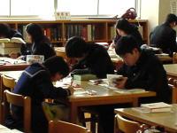 図書館で自習する3年生