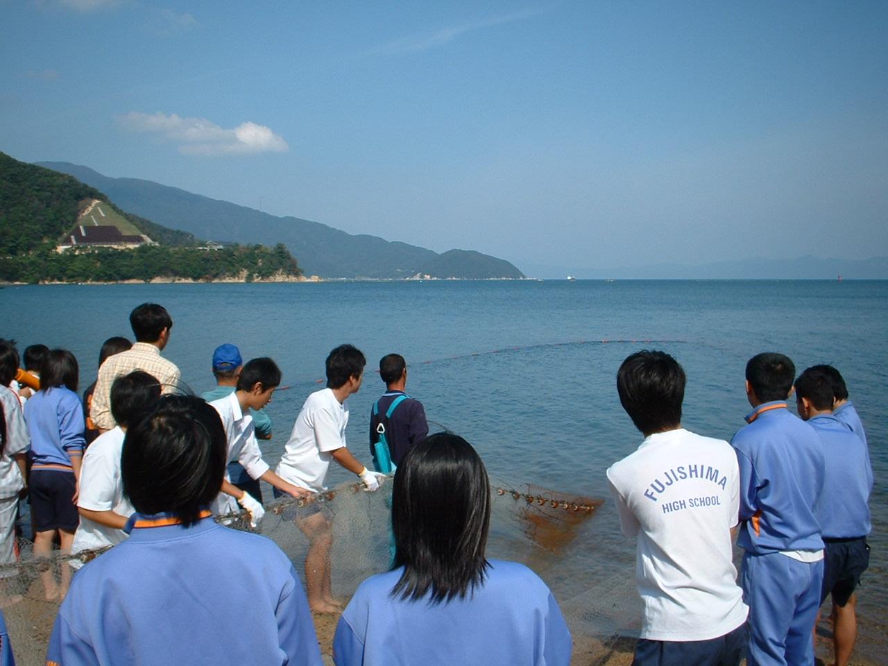 あるクラスの遠足風景。地引き網をしています。